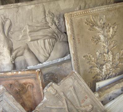 Reliefs en plâtre.