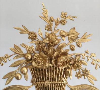 Corbeille de fleurs dorées